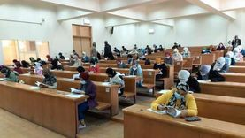 طلاب جامعة حلوان يؤدون الامتحانات وسط الإجراءات الاحترازية