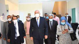 محافظ قنا يتابع سير العمل بمركز تطعيم المواطنين بلقاح كورونا