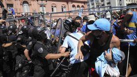 المشاهد الأخيرة في جنازة مارادونا الشعبية: صراخ وعنف وقمع من الشرطة