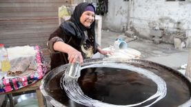 الخالة «فطومة».. تصنع الكنافة البلدي منذ 40 عاما