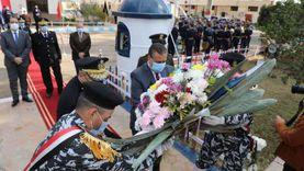 محافظ المنوفية ومدير الأمن يضعان إكليلا من الزهور على النصب التذكاري