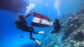 أمه سلوفينية.. «آدم» يحتفل بذكرى العبور رافعا علم مصر تحت الماء
