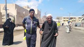 """صور.. متطوعون يصطحبون كبار السن للتصويت في لجان """"الشيوخ"""" بكفر الشيخ"""