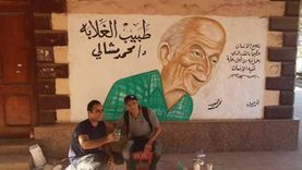 تزيين محطة قطار أبو زعبل بصورة محمد مشالي طبيب الغلابة