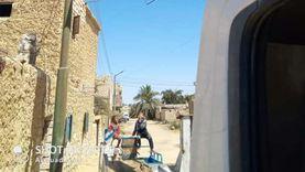 سيوة تجري صيانة لأعمدة الإنارة بالمناطق السكنية بمطروح (صور)