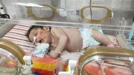 فقد اثنين من أبنائه ويستغيث لإنقاذ الثالث: «بيموتوا بعد ولادتهم بأيام»