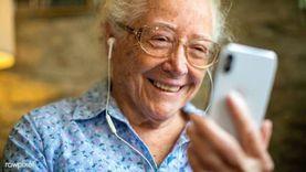 """إحنا عيلتك.. """"حمدي"""" وأصدقاؤه يحمون كبار السن من الوحدة بمكالمة تليفون"""