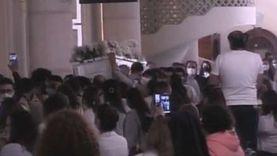 بملابس بيضاء وحضور كبير.. أقباط الإسكندرية يودعون القس بيشوي كامل