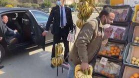 بائع الفاكهة: الرئيس اشترى مني ورفض يخلي عليا