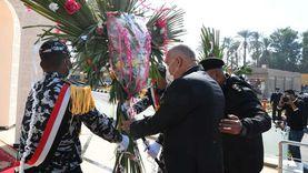 محافظ قنا ومدير الأمن يضعان «إكليل زهور» على النصب التذكاري للشهداء