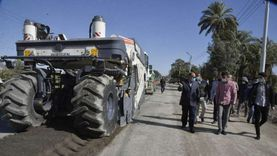 محافظ أسيوط يخصص 800 مليون جنيه لأعمال رصف الطرق