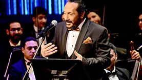 """علي الحجار يبدأ حفله في الأوبرا بـ""""المال والبنون"""" ويحتفل بميلاد صديقته"""