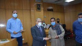 محافظ المنيا يسلم 72 عقد تقنين أراضي دولة بمساحة 479 فدانا