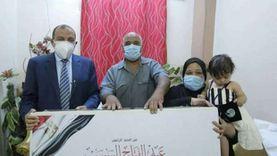 رئيس جامعة بني سويف يسلم هدية الرئيس لأسرة شهيدة القطاع الطبي
