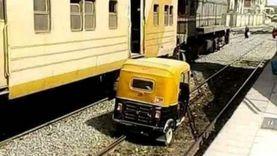 القبض على سائق «توكتوك» سار على قضبان القطار بفاقوس بحجة اختصار الطريق