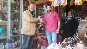 «شنودة» شاب مسيحي يبيع فوانيس رمضان بالشرقية: شهر خير وبركة
