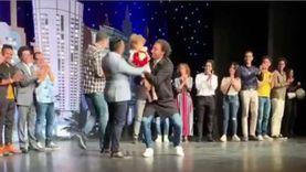مليكة ابنة علي ربيع تفاجئه بورد على المسرح
