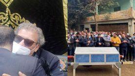 انهيار خالد يوسف في جنازة شقيقه في أول ظهور له عقب عودته لمصر