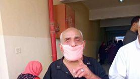 """عينه العصا ودرعه الكمامة.. """"فرغل"""" سبعيني يتحدى إعاقته من أجل مصر"""