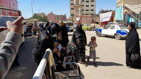 رئيس لجنة بأسوان يخرج لمسنة ويساعدها في الإدلاء بصوتها في الانتخابات