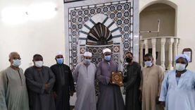 قبطي يهدي نسخة من القرآن لمسؤولي الأوقاف في الأقصر