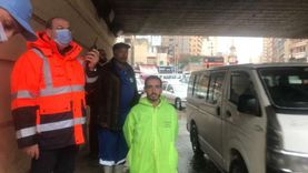 رجال الصرف الصحي في شوارع الإسكندرية لكسح تجمعات مياه الأمطار (صور)