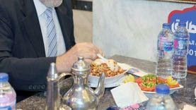 سفير ألبانيا بالقاهرة يتناول «الكشري» وسط البلد