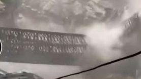 مصرع 9 أشخاص في انهيار جسر بمنطقة كينور الهندية «فيديو»