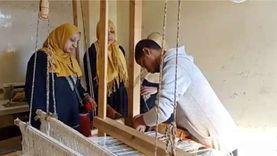 """محمود يتحدى ضمور """"إيده ورجله"""" بتعليم السيدات الإبداع على أوتار النول"""