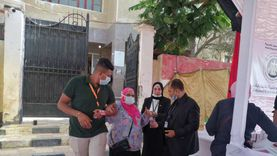 شباب يستقبلون المسنين وذوي الهمم بابتسامة أمام لجان الشروق: جينا لمصر