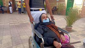 """""""فوزية"""" تتحدى إعاقتها وتدلي بصوتها: لازم آجي لو بموت.. بلدنا محتاجانا"""