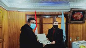 رئيس مدينة بيلا يكرم «طبيب الغلابة»بعد نشر «الوطن» لقصته