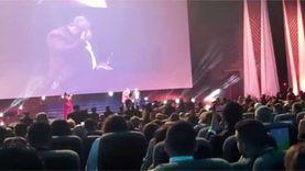 بكاء خالد الصاوي لحظة تكريمه في ختام الجونة السينمائي