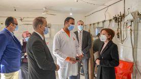 نائبة المحافظ توصي المترددين على مستشفى العامرية بارتداء الكمامات