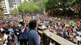 متظاهرون ضد قيود كورونا يهاجمون الشرطة الأسترالية (فيديو)