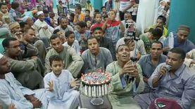 بالتورتة.. شباب الأقصر يحتفلون بمولد النبي