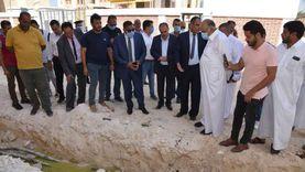 محافظ مطروح يتفقد عمارات حفر الباطن لحل مشكلة المياه الجوفية