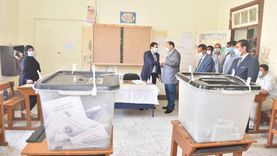 محافظ أسيوط يتفقد لجان الانتخابات ويشيد بمشاركة كبار السن
