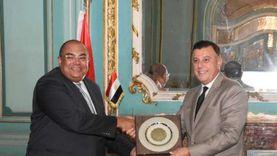 رئيس جامعة عين شمس يكرم الدكتور محمود محي الدين لتوليه منصب المدير التنفيذي لصندوق النقد الدولي