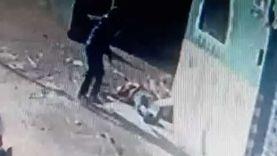 """كاميرات المراقبة ترصد عاملا يضرب آخر بـ""""بلطة"""" في الشارع بالدقهلية"""