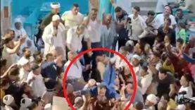"""فيديو.. """"عجينة"""" يلقي بنفسه على أنصاره في مؤتمر انتخابي بالدقهلية"""