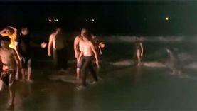 مفيش فايدة.. سياحة الإسكندرية تخرج أسر وأطفال تسللوا ليلا لشاطئ النخيل