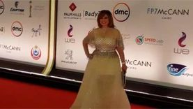 إلهام شاهين بفستان فرح مع أسرتها على ريد كاربت القاهرة السينمائي