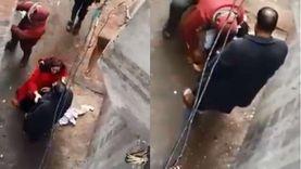 شاب يجرد رضيعة من ملابسها في الشارع.. كان عايز يولع فيها