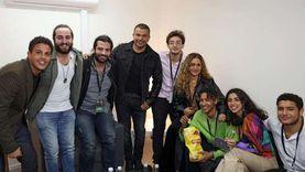 عمرو دياب يلتقط صورا تذكارية مع أصدقاء نجله عبدالله في دبي (صور)