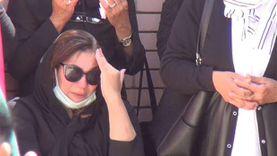 بكاء هستيري لابنة مكرم محمد أحمد أثناء مراسم دفنه