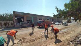 بعد انتقاده من مواطن.. مرشح بالعريش ينظف شوارع المدينة ويزيل الرمال
