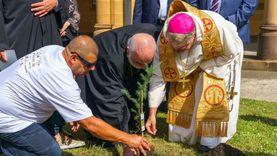 مطران كاثوليك أستراليا يزرع شتلة أرز لمرور 100 يوم على انفجار بيروت