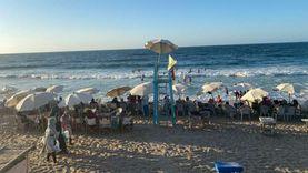 شواطئ الإسكندرية ترفع الرايات الحمراء والصفراء بعد ارتفاع الأمواج