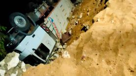 انقلاب سيارة محملة بـ40 طن رمال بممشى تحت الإنشاء بالمنيا